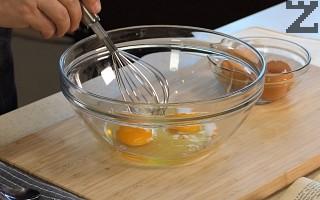 Прави се застройка, като в купа се счупват яйца и поливат с лимонов сок. Разбъркват се добре.