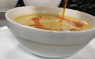 Чорбата се сервира гореща, като се полива с няколко капки каротиново олио. Поднася се със чесновата заливка и лют пипер на вкус.