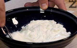 В купа се слага млякото, сол и олио. Разбърква се добре.