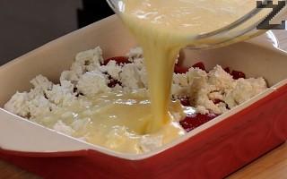 В купа се разбиват яйца с прясно мляко. С тях се заливат чушките. Тавата се слага в предварително загрята фурна до 180°. Ястието се пече 40 минути или докато се зачерви.