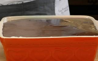 Върху нея се сипва ледено студения шоколадов сос.