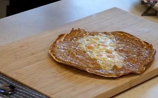 Така, пица-бурито се пече в предварително загрята фурна на 200 ℃ за 8-10 минути, като се слага в средата.
