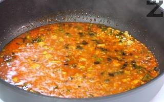 Оризът се измива и слага при лука. Запържва се на умерен огън за минута и поръсва с червен пипер. Посолява се и залива с 120 мл. бульон от сварените дреболии.