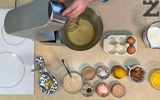 В купа се слагат затоплени яйца и захарта. Разбиват се за една минута.