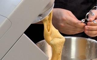 Слага се втасалата мая и постепенно се добавя брашното. С приставката за брашно се омесва тесто на ниски обороти за 8-10 минути.
