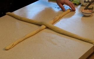 Така се подготвят и останалите листа. С тази доза се приготвят два по-малки козунака. Две плитки се слагат на кръст.