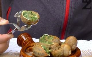 Запичат се за 10-12 минути на 180℃, след което се подреждат в чиния покрита с морска сол и резени лимон.