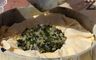 Приготвя се плънка, като в 2-3 с.л. олио е задушават за 5-6 минути нарязани на дребно праз, спанак и лапад. Посоляват се и оставят да изстинат.