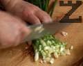 Нарязваме агнешкото месо на порции, а зеления лук на ситно.