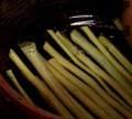 На дъното на гювеча нареждаме сухи дрянови пръчки.