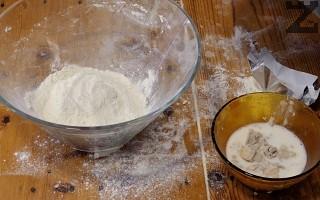 В купичка се слага леко затоплено мляко, мая, олио, брашно ( 2 с.л.) и захар. Разбърква се добре и се оставя за 15 минути на топло да втаса.