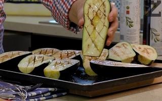 Патладжаните се почистват от дръжките и се режат на две, по дължина. С нож се правят ромбчета и се осоляват. Оставят се за 45 минути да се отцеди горчивия сок.