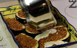 С този сос се покрива всеки патладжан и се поръсва с настъргано сирене Гравиера или балкански кашкавал.