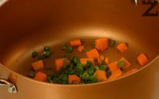 В тенджера се налива зехтин, затопля се леко и в него се слагат зеленчуците. Задушават се под капак за две минути. Заливат се с 1 л. гореща вода и посоляват.