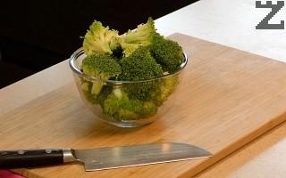 Броколите се измиват добре и накъсват на розички. Морковът се нарязва на кубчета, а лукът на колелца.