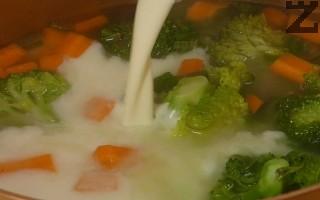 Варят се на тих огън за 10 минути под капак. Сметаната се затопля, може и в микровълнова фурна за минута, и се налива в супата. Ако е студена, сметаната може да се пресече. Слага се копър.