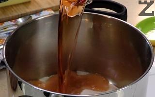 В тенджера се смесват сол, захар и оцет. Разбъркват се и в тази смес се слагат обелените чушки.