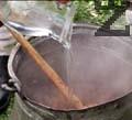 Добавяме червен пипер, сол и брашно. Наливаме 2-3 ч.ч. гореща вода и прибавяме люти чушки по желание. Оставяме да ври още 10-15 мин. Може да поднесем осмянката поръсена със счукан чесън, разтворен в оцет.