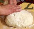 Откъсваме част от тестото с големина на патешко яйце и разточваме тънка кора.
