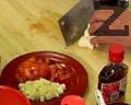 Нарязваме стерилизиран бамбук, домат и соево сирене тофу на кубчета. Нарязваме дървесна гъба на ситно и я слагаме в чинията при останалите продукти.