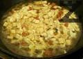 Разбиваме яйце и го наливаме на струйка, като разбъркваме непрекъснато, за да се получат тънки фитилчета. Прибавяме натриев глутамат. Наливаме супата в купа и преди сервиране подлютяваме с бял пипер.