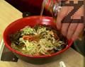 Поръсваме със сол и натриев глутамат, наливаме кафяв оцет и сусамово олио и разбъркваме. Сервираме салатата в подходяща чиния.