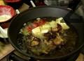 Поставяме пилешкото за 3 мин. в тиган уок със загрято на 150 градуса олио, като разбъркваме периодично. Добавяме зеленчуците и продължаваме да разбъркваме в продължение на 3-4 мин.