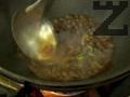 В същия уок слагаме нарязан праз и джинджифил, запържваме за 1-2 мин. Наливаме 1 ч.ч. гореща вода, поръсваме със сол, захар, натриев глутамат и разтворено нишесте. Разбъркваме енергично. Връщаме месото и зеленчуците в тигана за 30 сек. и сервираме готовото ястие.
