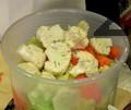 Нарязваме зелето на едро и го слагаме в подходящ съд. Добавяме морков, нарязан на колелца и карфиол на едро.
