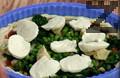 """Подреждаме нарязаните зеленчуци - бланширан спанак, грах и маринован артишок по желание. Нарязваме сирене """"Моцарела"""" на парчета и декорираме. Печем пица """"Примавера"""" в предварително загрята на 230 градуса фурна около 20-30 мин."""