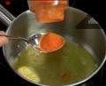 Разтопяваме за секунди краве масло и оттегляме от котлона. Поръсваме с червен пипер и разбъркваме. Прибавяме доматите към фасула и при необходимост доливаме топла вода. Варим чорбата още 15 мин. под капак.