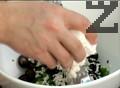 Нарязваме пресния лук на ситно, а почистените маслини - на колелца. Прехвърляме ги в купа и настъргваме сирене. Добавяме цедено кисело мляко и разбъркваме добре, докато се получи еднородна смес.