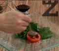 Подреждаме свежи листа спанак в чиния за сервиране. Върху всяко листо слагаме парченце домат. Поливаме с винегрета, нанасяме от млечната смес.