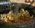 Стриваме чесън и запечени орехови ядки. Добавяме филийка хляб, наливаме периодично зехтин и продължаваме да намачкваме. Поръсваме с бял пипер и сол.