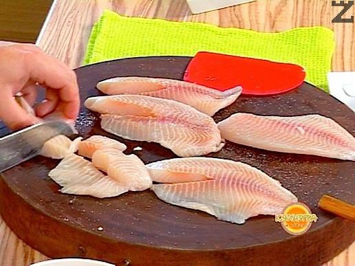 Рибното филе се осолява и нарязва на едри кубчета.