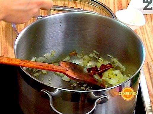 В тенджера се загрява зехтин, тогава се слага дребно нарязан кромид лук и накъсана на малки парченца суха чушка. Запържва се за минута и се добавя дребно нарязан чесън, накълцано филе от аншоа и дафинов лист.