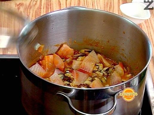 В края се добавят мидените ядки. След 5 минути, варене яхнията е готова и може да се поднесе с лимонов сок.