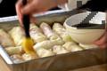 Приготвяме сироп от вода и кафява захар, който варим 10 мин., докато се сгъсти. Намазваме сармите със сиропа.