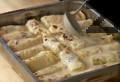 Печем сармите в загрята на 200 градуса фурна около 30 мин. Смесваме сос демиглас и сметана, разбъркваме и с получения сос поливаме сармите. Печем сармите още 30 мин. във фурна, загрята на 180 градуса. Сервираме изпечените сарми с гарнитура от варени картофи.