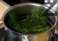 В тенджера с вода слагаме сол, пресен копър и захар и варим подготвената марината 5 мин.