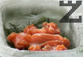 Подреждаме нарязаното на парчета мариновано филе и поднасяме сьомгата.