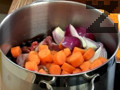 Прехвърляме парчетата заек, нарязаните на колелца моркови и червен лук, нарязан на осминки. Накисваме скилидки чесън в купичка със студена вода за 5 мин., след което ги прехвърляме в съда с маринатата.