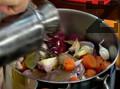 Добавяме черен пипер на зърна, бахар, дафинов лист и зехтин. Разбъркваме и оставяме месото в марината в покрит съд за 2-3 часа.