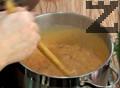 Поръсваме със сол, черен пипер и нарязан магданоз.
