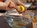 В купа изсипваме едрозърнеста горчица и я смесваме с отцеден лимонов сок. Добавяме кафява захар и разбъркваме добре. Поръсваме със сол и черен пипер и продължаваме да разбъркваме.