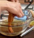 Нарязваме филето от сьомга на парчета с широчина около 3-4 см, овалваме в соса и панираме в галетата.