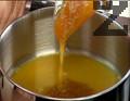 В тенджера наливаме портокалов сок, добавяме мед и разбъркваме непрекъснато 1-2 мин., докато се редуцира течността.