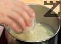 Нарязваме на ситно почистените зелени чушки. Загряваме на силен огън 2 пълни с.л. масло и добавяме 2-3 с.л. кокос и брашно от нахут.