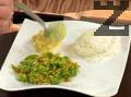 Сервираме чушките в подходяща чиния. Слагаме ориза в купичка и аранжираме до чушките. Комбинираме с райта и поръсваме с нарязан копър.