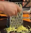 Настъргваме обелените картофи на едро ренде и ги слагаме в подсолена вряща вода. Варим 5 мин. и отцеждаме картофите.